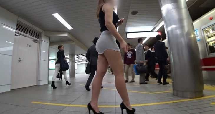 Blonde Upskirt Sexys Legs in the train
